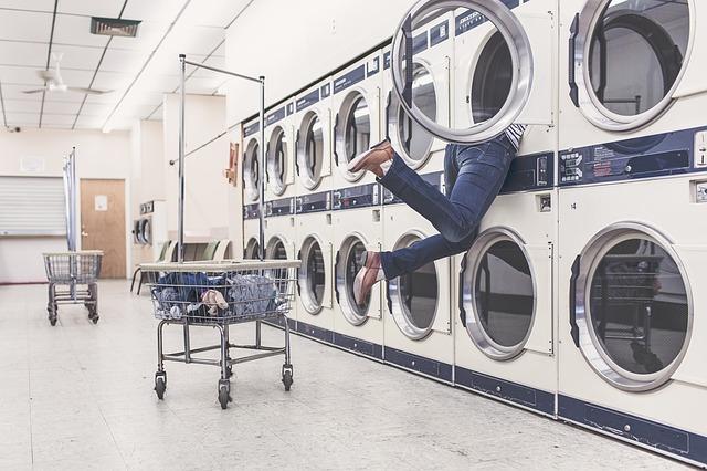 žena v prádelně
