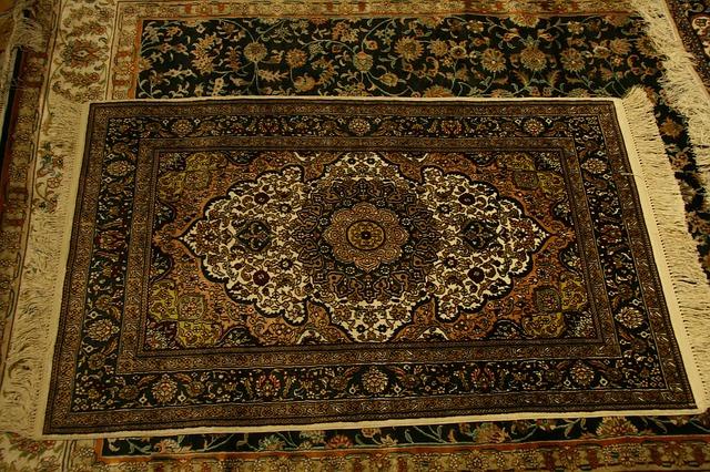koberec s třásněmi