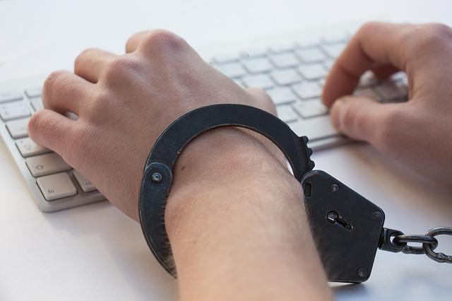 ruce v poutech na klávesnici