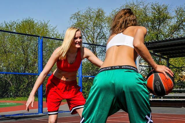 2 dívky sportují